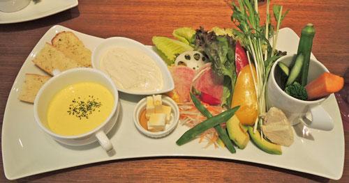 Mancy's Tokyo(マンシーズ東京)のサラダランチ、鶏胸肉と彩り野菜のサラダ