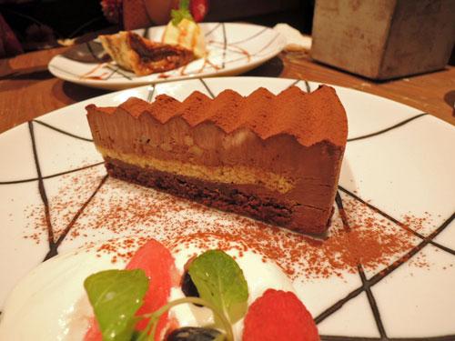 ロイヤルガーデンカフェ、くるみとビスケットクランチのミルクチョコレートケーキ